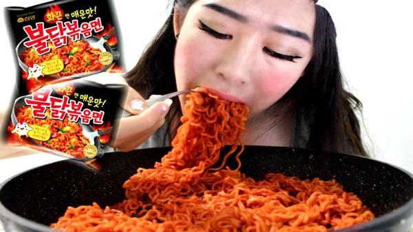 Sfida di pasta piccante coreana