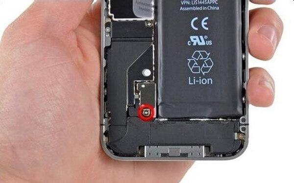 Rimuovi le viti interne di iPhone 4