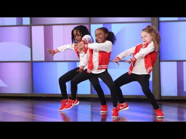 Si esibisce un fantastico trio danzante